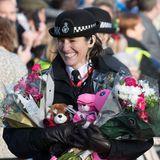 Wohin mit den vielen Blumen und Geschenken? Diese Polizistin versucht ihr Bestes, alles für die Royals aufzubewahren.