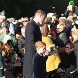 Auch Prinz William und George begrüßen die Zuschauer, die teilweise stundenlang vor der Kirche in Sandringham auf ihre Königsfamilie gewartet haben.