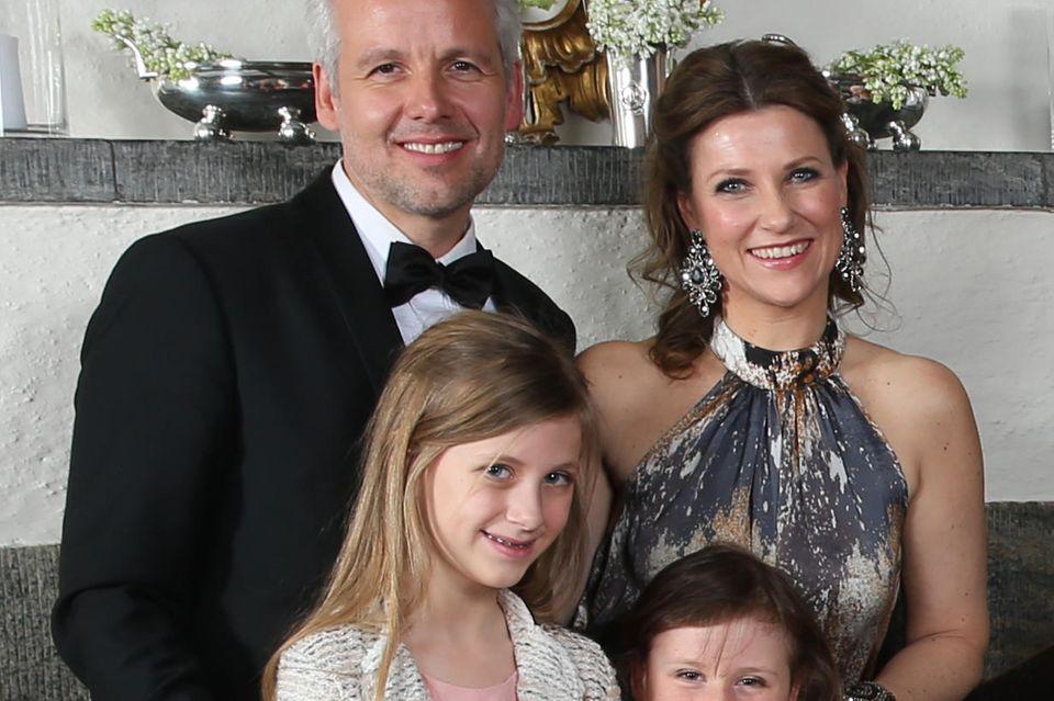 Ari Behn (†47), Prinzessin Märtha Louise und die Töchter Emma Tallulah Behn undLeah Isadora Behnauf dem Familienfoto zum 25. Thronjubiläum von König Harald im Januar2016.Maude Angelica fehlt auf dem Bild.