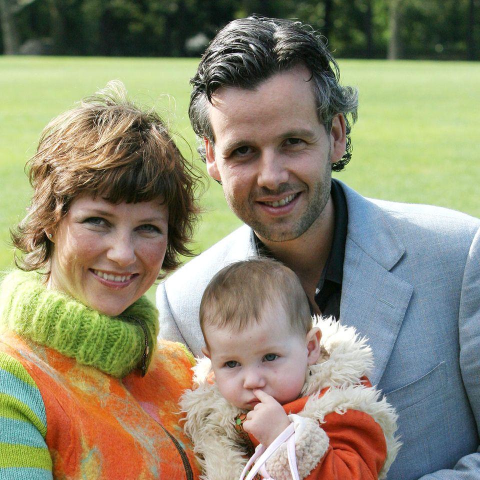 Ari Behn war von 2002 bis 2016 Ehemann der norwegischen Prinzessin Märtha Louise und Vater ihrer drei Töchter (hier mit der Ältesten, Maud, 2004)