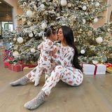 Wenn in den USA am 25. die Geschenke am Morgen vor dem Baum liegen, gibt es kein Halten mehr. Im Weihnachtspyjama - imsüßem Partnerlook mit Töchterchen Stormi - geht es auch für Kylie Jenner nach dem Aufstehen schnurstracks zur Bescherung.