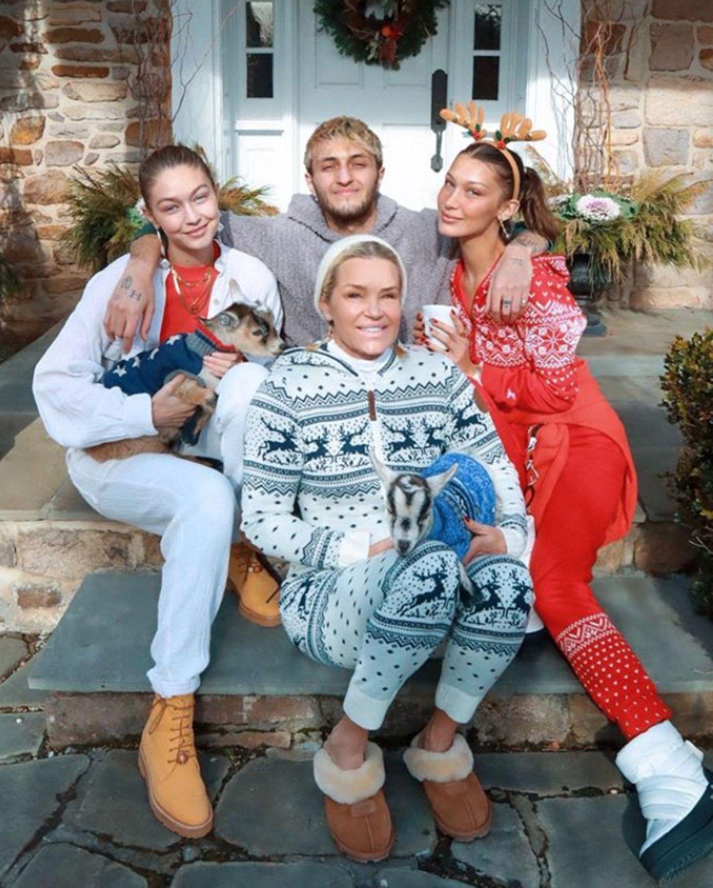 Während der Feiertage macht es sich Model-Familie Hadid gemeinsamgemütlich: Bella Hadid zeigt uns dieses entspannte Foto mit ihren Geschwistern Gigi und Anwar, Mutter Yolanda und... zwei kleinen Ziegen im Weihnachts-Strickpulli.Was sonst.