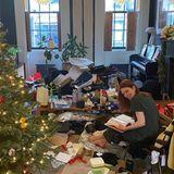 """Hier ist wohl der Weihnachtsmann explodiert! Glücklich und zufrieden sitzt Julianne Moore im weihnachtlichen """"Schlachtfeld"""" und blättertin einem ihrer Geschenke."""