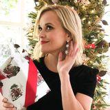 Mit ihrem festlichen Ohrschmuck glitzert Reese Witherspoon um die Wette mit dem Weihnachtsbaum. Und wenn sie genau hinhört, kann sie auch schon den Weihnachtsmann im Anflug hören.