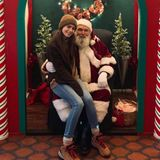 Für den Weihnachtsmann ist man nie zu klein. Das findet auch Schauspielerin Lily Collins, die ihren Fans mit diesem netten Schnappschuss fröhliche Weihnachten über Instagram wünscht.