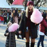 23. Dezember 2019  Noch süßer wird es nur noch als sich Mama und ihre Mädelseine rosarote Zuckerwatte auf dem Weihnachtsmarktgönnen.