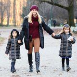 23. Dezember 2019  Um die Wartezeit auf Heiligabend zu verkürzen, macht Michelle Hunziker mit ihren Töchtern Sole und Celeste einen Weihnachtsspaziergang im Park Montanelli in Mailand. Besonders süß dabei:Die beiden kleinen Damen im Partner-Outfit!