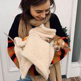 Wie süß! Ganz verliebt präsentiert uns Schauspielerin Lily Collins auf Instagram ihren tierischen Familiennachwuchs.