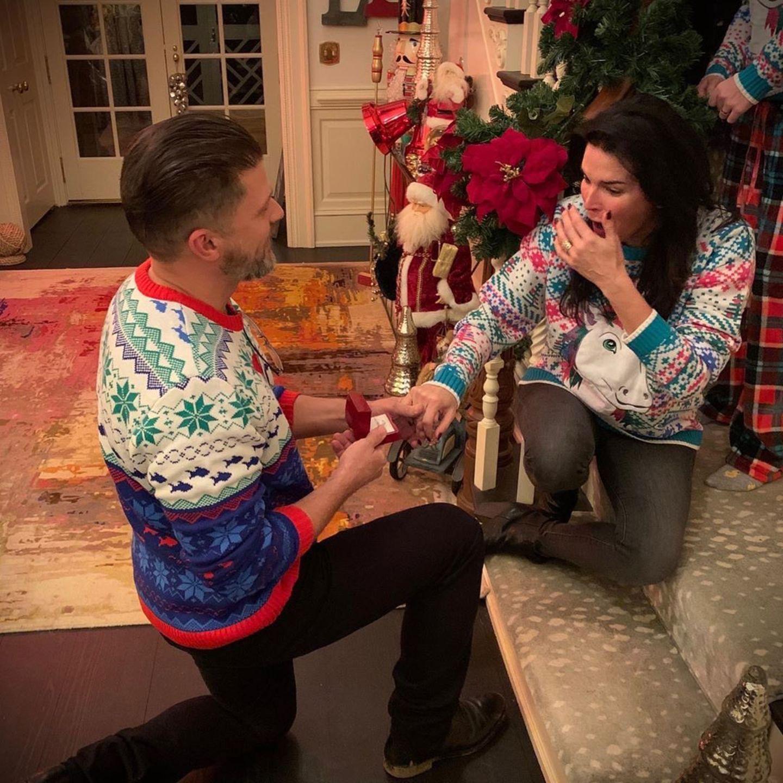 Überraschung: An Weihnachten gab's für Angie Harmon nicht nur Geschenke, sondern auch einen Heiratsantrag von ihrem Freund Greg Vaughan.