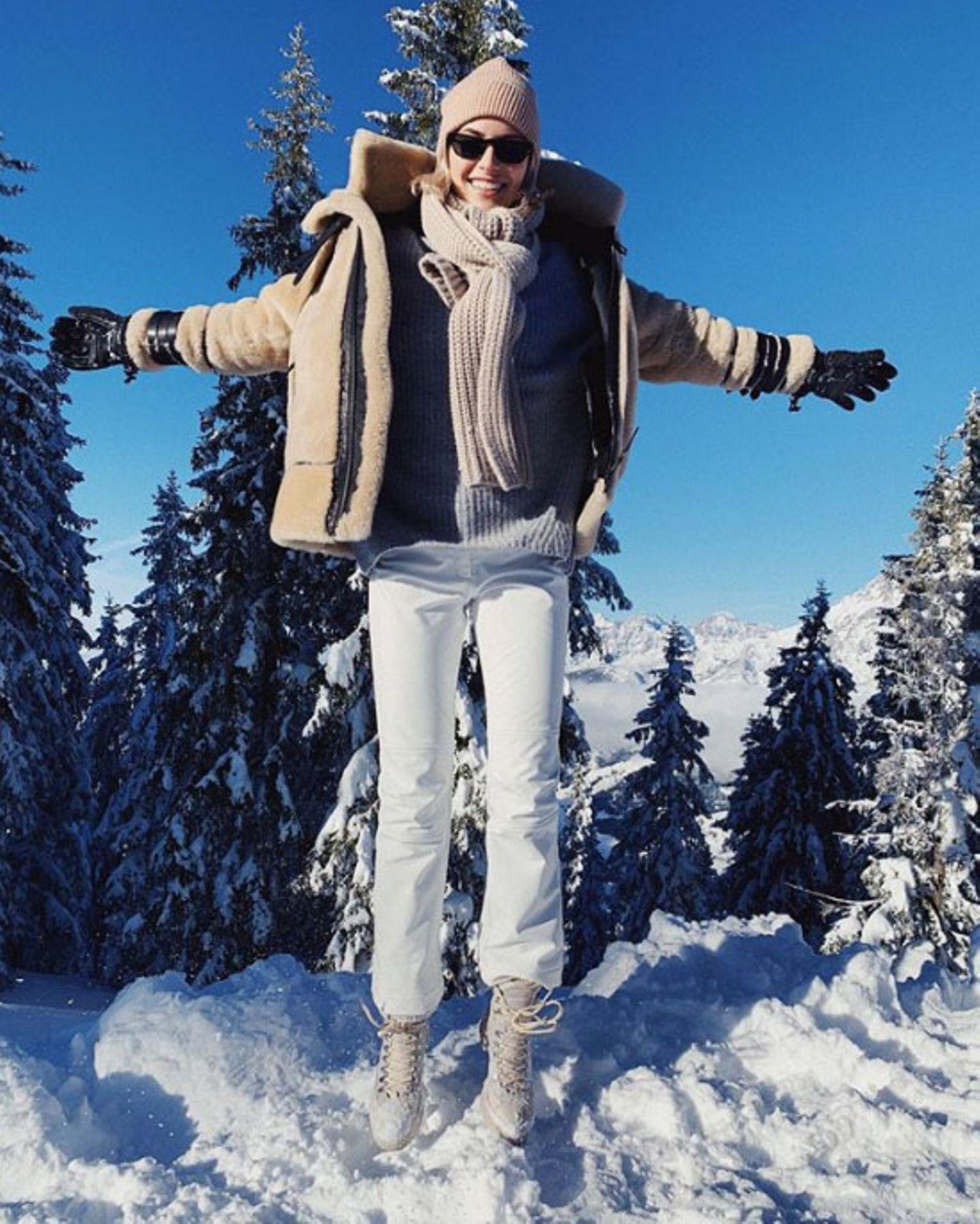 Auch Model Lena Gercke genießt den Ausflug in den Schnee.