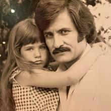 """Mit den rührenden Worten """"Ich liebe dich, Papa"""" sendet Schauspielerin Jennifer Aniston Weihnachtsgrüße an ihren Vater John, zu dem sie eine innige Beziehung pflegt.Auf Instagram teilt sie zwei Fotos: Das erste zeigt den Hollywood-Star als kleines Mädchen..."""