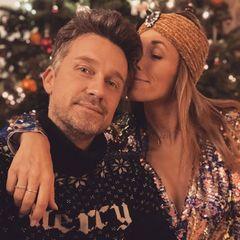 """""""Liebe pur! Oder einfach nur'n gut riechendes Shampoo?"""", so humorvoll kommentiert Wayne Carpendale seinen Instagram-Post. Egal, ein schönes Weihnachtsfest hat er mit seiner Liebsten in jedem Fall."""