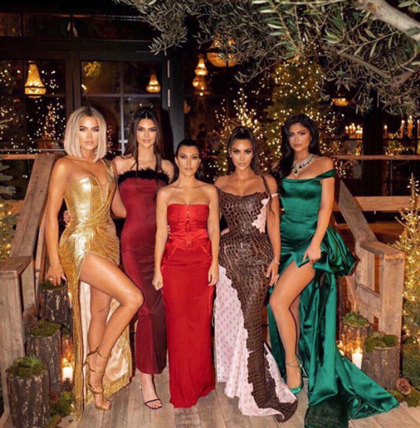 Wow! In strahlender Weihnachts-Robe präsentieren sich alleKardashian-Schwestern gemeinsam auf der Party, die dieses Jahr Kourtney für die große Verwandschaft schmeißt.