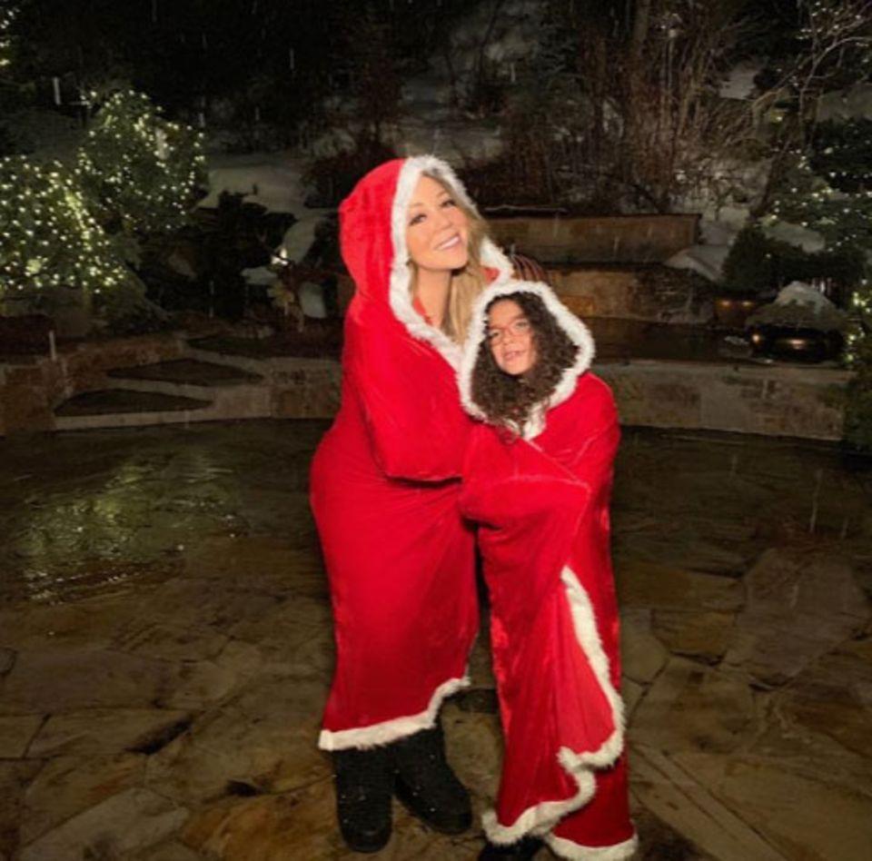 """""""All I want for Christmas is yoooouuu..."""" Im Weihnachtskostüm spaßen Mariah Carey und ihre Tochter Monroe herum."""