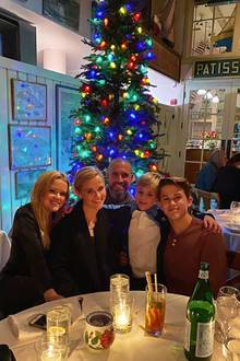 Was für eine schöne Familie! Reese Witherspoon und Jim Toth halten das gemeinsameWeihnachtsessen mit den Kindern Ava, Deacon und Tennessee James mit einem netten Schnappschuss fürs Familienalbum fest.