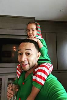 25. Dezember 2019  An den Feiertagen geht es im Hause Teigen-Legend richtig gemütlich zu. Im Weihnachts-Pyjama lässt sich die kleine Luna von Papa-Elf John Legend auf den Schultern tragen. Von da oben hat man auch alle Geschenke im Blick.