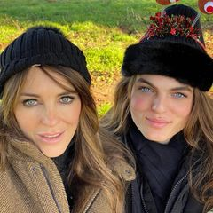 Wahnsinn, Damian Hurley (rechts) ist seiner berühmten Mama Liz wie aus dem Gesicht geschnitten und wünscht seinen Followern vom Spaziergangfrohe Weihnachten.