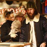 24. Dezember 2019  Dick eingepackt schlendern Schauspielerin Kate Hudson und ihr Lebenspartner Danny Fujikawa mit Töchterchen Rani Rose durch das winterliche Aspen, um noch ein paar letzte Weihnachtsgeschenke zu shoppen.