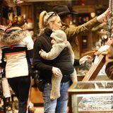 24. Dezember 2019  Die kleine Rani Rose ist in einenniedlichen Bärchen-Overall eingemummelt und lässt sich während des Einkaufsbummels ganz entspannt von Mama Kate durch die Geschäfte tragen.