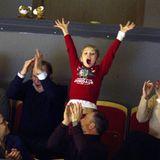 26. Dezember 2019  Am zweiten Weihnachtsfeiertag besucht Prinzessin Estelle mit ihren Eltern und der Familie von Prinz Daniel das Eishockeyspiel Brynäsgegen Oskarshamn im schwedischen Gävle. Dabei entpuppt sie sich als royalerEishockey-Fan, den es vor Aufregung nicht mehr auf demSitz hält. Und damit ist sie in guter Gesellschaft...