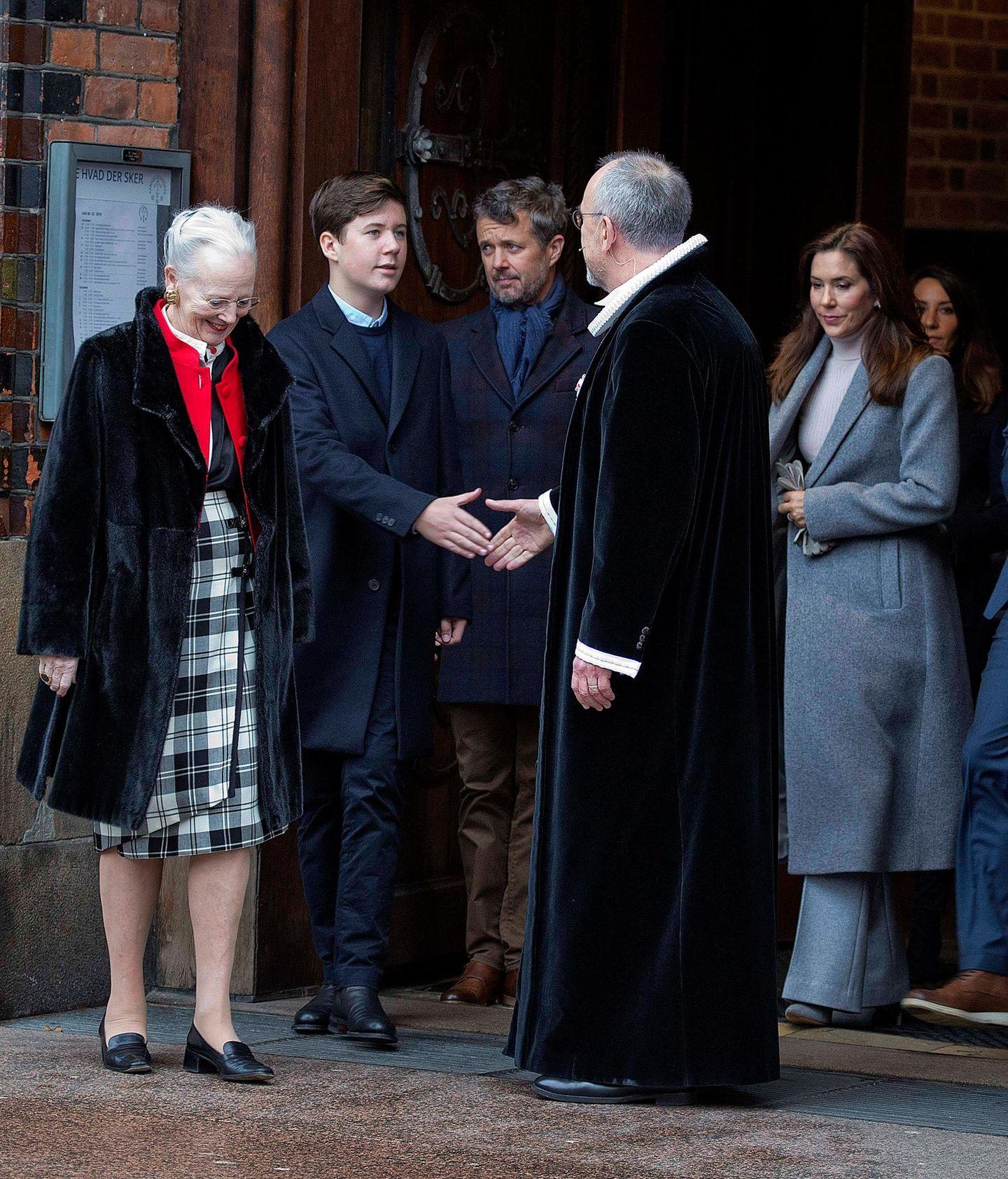25. Dezember 2019  Am ersten Weihnachtsfeiertag besucht die dänische Königsfamilie gemeinsamden Gottesdienst in der Domkirche in Aarhus. Neben seiner Großmutter Königin Margrethe gibt Prinz Christian dem Pastor beim Verlassen die Hand, gefolgt von seinen Eltern Prinz Frederik und Prinzessin Mary.