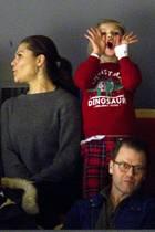 Lautstarkfeuert Prinzessin Estelle die Teams während eines Eishockeyspiels an und hüllt sich – statt in ein Fan-Trikot – in einen kuscheligen Weihnachtslook. Über ihre schicke weiße Bluse trägt Estelle einen warmen roten Pulli mit süßem Dino-Aufdruck von H&M – für rund acht Euro! Ein wahres Weihnachtsschnäppchen.