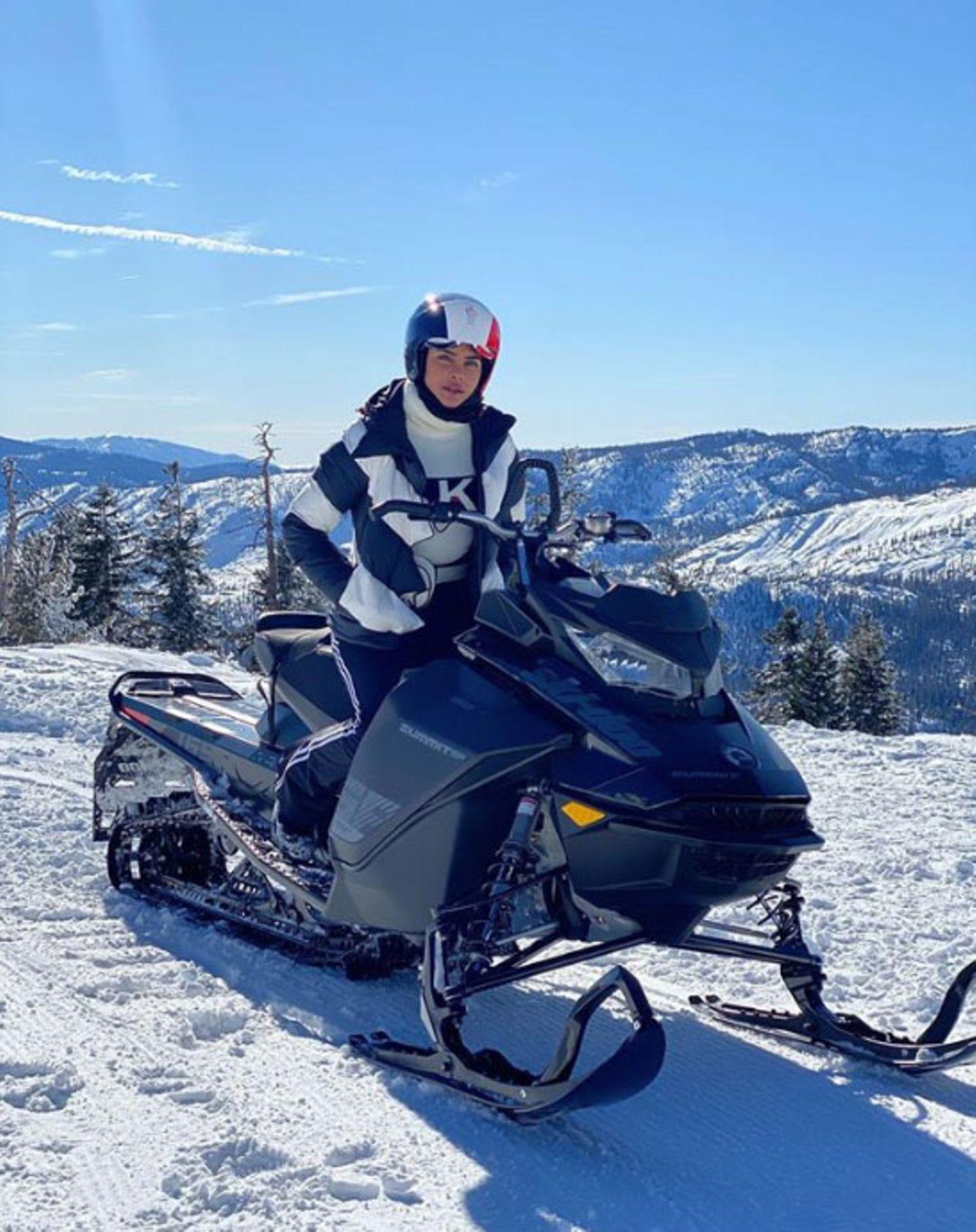Schauspielerin Priyanka Chopra düst mit einem Schneemobil durch die verschneiten Berge.