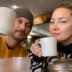 Kate Hudson und ihr Bruder Oliver Hudson machen es sich noch etwas verschlafen am Frühstückstisch gemütlich. Das hat einen guten Grund, denn sie planen eine neue Folge ihres gemeinsamen Podcasts.
