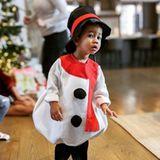 25. Dezember 2019  Wo genau ist der Weihnachtmann? Im drolligen Schneemann-Outfit erwartet Miles die frohe Bescherung.