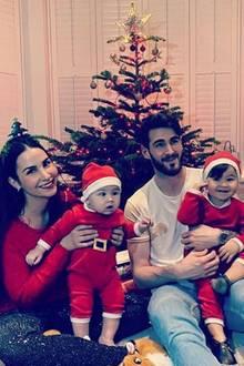 Familienglück pur: Schauspielerin Sila Sahin hatihre Liebstenunterm Weihnachtsbaum vereint. An ihrer Seite feiern Mama Hanife undEhemann Samuel Radlinger mit ihrenzwei süßen Weihnachtsmännchen.