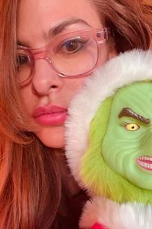 """29. Dezember 2019  """"Post-Weihnachts-Koma"""" schreibt Eva Mendes zu diesem mürrischen Instagram-Selfie mit grüner Grinch-Maske. Wir sind froh, dass die schöne Schauspielerin auch nur ein Mensch ist, der sich nach den Feiertagen einfach ein Bisschen Ruhe wünscht."""