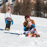 Anschließend freuen sich Michelle und ihre TöchterCeleste und Sole über eine lustige Rodelpartie.