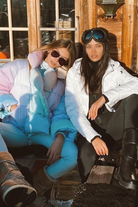 Die schönen Skihasen Shanina Shaik und ihre Freundin Lorena Rae genießen die Wintersonne vor der Hütte.