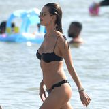 Nach Weihnachten ist bei Model Alessandra Ambrosio keine Spur von einer Festtagsplauze. Die 38-Jährige präsentiert ihren durchtrainierten Körper am Stand vonRio de Janeiro. In ihrer brasilianischen Heimat hat sie mit ihrer Familie dasWeihnachtsfestverbracht.