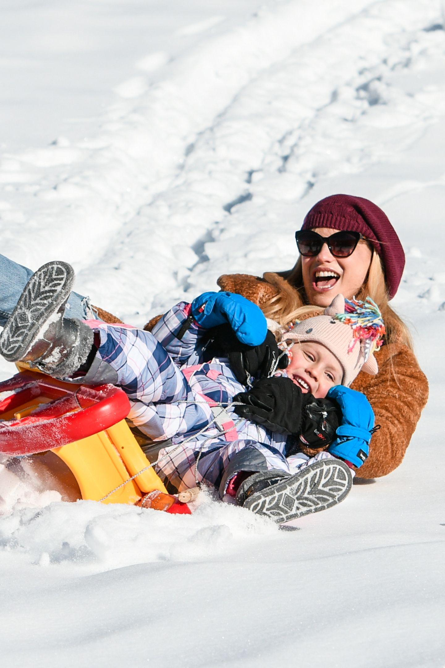 Dann können sie Vollgas geben! Michelle Hunziker und Tochter Celeste lehnen sich mit vollem Körpereinsatz in die Kurve- und machen eine Landung in denSchnee.
