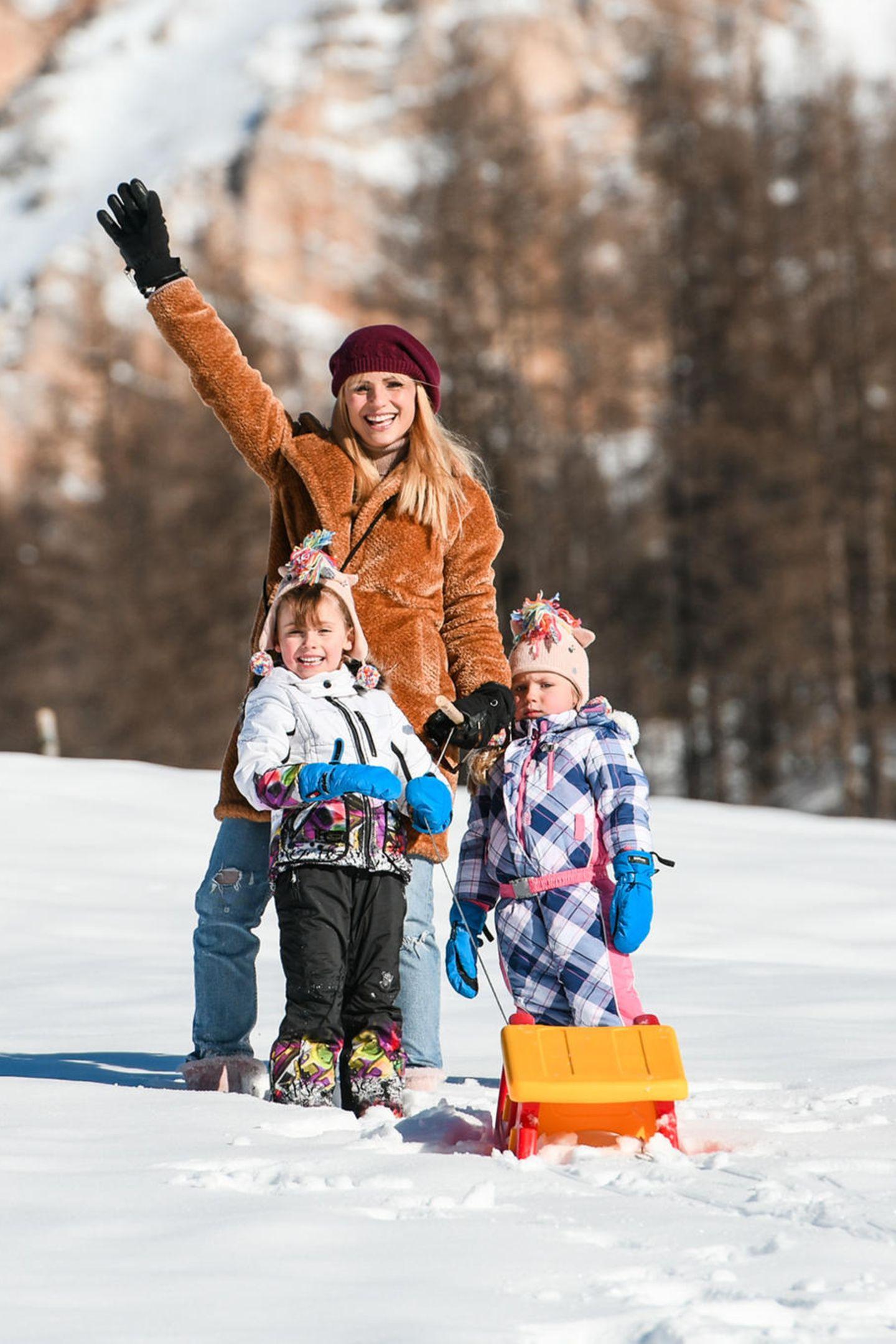 Erst die Arbeit, dann das Vergnügen: Bevor sich Michelle Hunziker mit ihren Töchtern auf den Schlitten schwingen kann, muss das Dreiergespann auf den Hügel wandern.