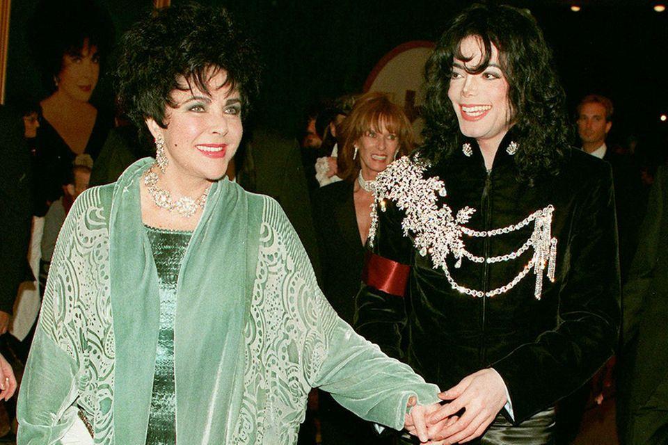 1997: Michael Jackson im besagten Jackett bei der Geburtstagsfeier von Schauspielerin Elizabeth Taylor.