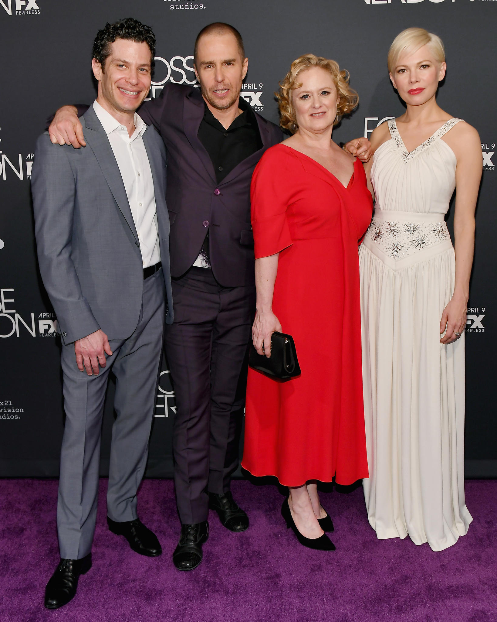 """Thomas Kail, Sam Rockwell, Nicole Fosse und Michelle Williams bei einem Auftritt für die Serie""""Fosse/Verdon"""""""