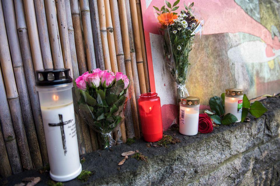 Große Trauer um Jan Fedder (†64). Fans haben Kerzen und Blumen vor dem Eingang zum Wohnhausdes Schauspielers im Hamburger Stadtteil St. Pauli aufgestellt.