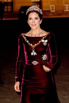 ... ziehen der prunkvolle Elefantenorden, der älteste Orden Dänemarks, und die Broschen alle Blicke auf sich. Außerdem trägt Mary mit Diamanten und Rubinen besetzte Schmuckstücke.