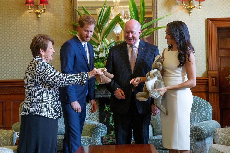 Im Oktober 2018 schenkte das Ehepaar Cosgrove Prinz Harry und Herzogin Meghan ein Mini-Paar Ugg Boots als Zeichen ihrer Freude über die Verkündung der Schwangerschaft.