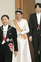 2. Januar 2020  Einen feierlichenAnblick bietet die japanischeKaiserfamilie, als sie zum Neujahresempfangdurch den Kaiserpalast in Tokioschreitet. Kaiser Naruhito und Kaiserin Masako gehen der Zeremonie voran, gefolgt vom Prinzenpaar Akishino und ihrenTöchtern.