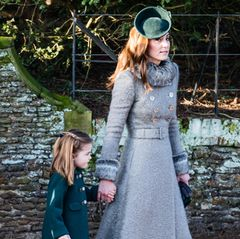 """Im Gespräch mit einem kleinenFan verrät die Herzogin jedoch, dass sie es bereue, diesen Mantel gewählt zu haben. """"Kate sprach mit meiner Tochter über Kleider und gab zu, ziemlich warm zu sein. 'Ich hätte diesen Mantel nicht tragen sollen', sagte sie zu ihr"""", erzählt die Mutter der kleinen Rachel gegenüber Metro."""