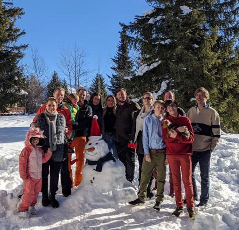 2. Januar 2020  Großherzog Henri und seine Frau Maria Teresa von Luxemburg starten das Jahr im Kreise der Familie. Zusammen mit ihren Kindern und Enkelkindern verbringen sie eine schöne Auszeit in der winterlichen Schweiz, Schneemann-Bauen inklusive.