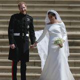 Die Fotos dieser royalen Hochzeit gingen um die ganze Welt: Als Meghan ihrem Harry das Jawort gibt, trägt sie ein schlichtes weißes Kleid von Givenchy. Mit ihrem klassisch eleganten Stil wird sie zum Vorbild für unzählige Frauen - so auch für Prinzessin Mary von Dänemark.