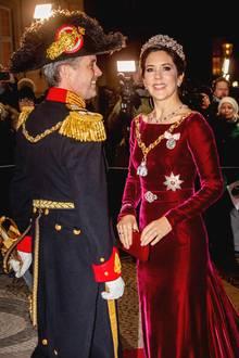 1. Januar 2020  Zum Neujahresbankett auf Schloss Amalienborg in Kopenhagen erscheint das Kronprinzenpaar in königlicher Robe.Prinzessin Mary strahltin einem royal-roten Samtleid und funkelndem Diadem.