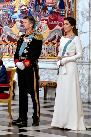 2. Januar 2020  Beim formellen Neujahresempfang für die Diplomaten begrüßen Prinz Frederik und Prinzessin Mary an der Seite von Königin Margrethe im prunkvollen Rittersaal aufSchloss Christiansborg ihre Gäste.