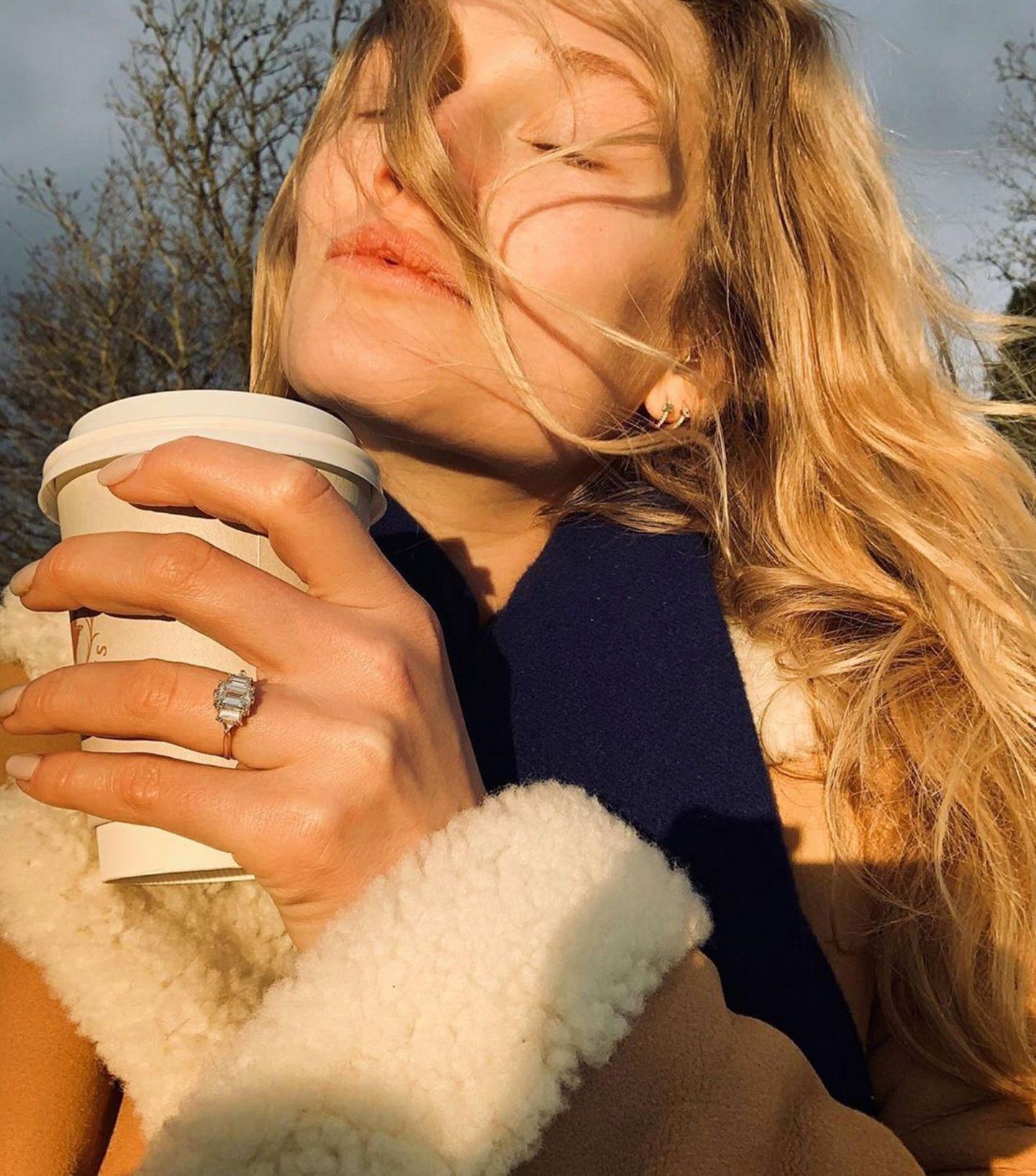 Unter dem Weihnachtsbaum bekam Model Toni Garrn einen Antrag von ihrem Freund AlexPettyfer. Zuvor hatte das junge Paar ihre Liebe geheim gehalten, nun kommen sie aus dem Posten gar nicht mehr heraus. Toni ist sichtlich stolz auf ihren wunderschönen Verlobungsring.