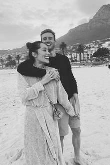 """Super happy zeigen sich die """"Lovebirds"""" Anna und André Schürrle am Strand von Kapstadt."""