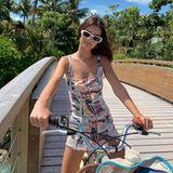8. Januar 2020  Auf ihrem Beachcruiser radeltModel Emily Ratajkowski lässig über die Malediven.